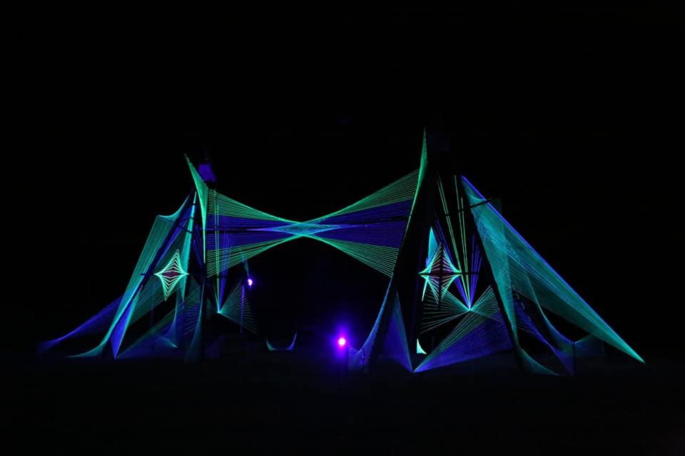Escenario iluminado en el Own Spirit Festival